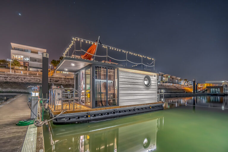 letyourboat-stati-charter-house-boat-by-night-
